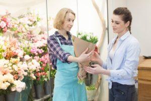お花屋さんで花を買う